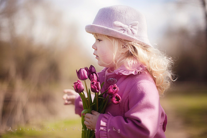 London toddler photos | little girl in a pink hat carring tulips