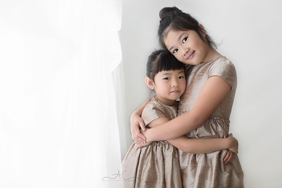 London Sibling Images | natural light portrait of 2 sisters hugging